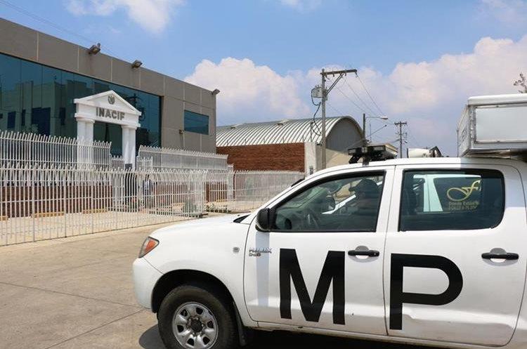 Fiscales del MP llegan al Inacif de Quetzaltenango, para recabar más información sobre la muerte de  Vidalia Vicente Mazariegos y su hija Paola Foricelda Mazariegos Vicente. (Foto Prensa Libre: Carlos Ventura)
