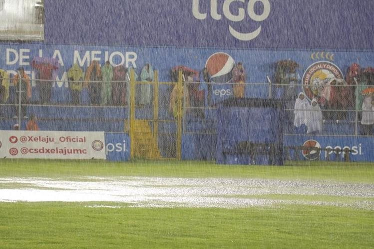 La torrencial lluvia no permitió que se disputara el partido en Quetzaltenango. (Foto Prensa Libre: Raúl Juárez)