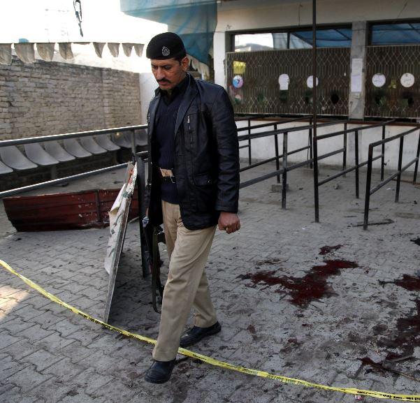 Esta es el área donde personas hacían fila en la oficina gubernamental en Pakistán. (Foto Prensa Libre: EFE).