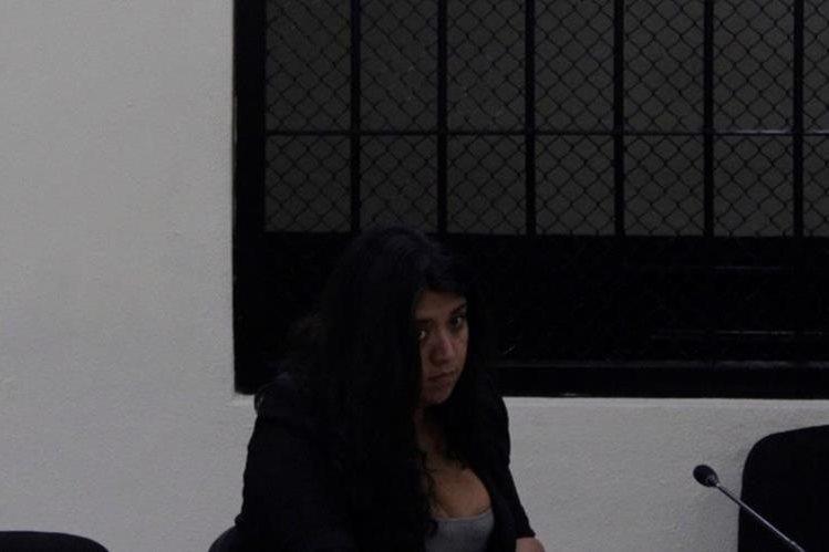Wendy Roxana Barrios Vásquez escucha sentencia emitida por un juez en Quetzaltenango. (Foto Prensa Libre: María J. Longo)