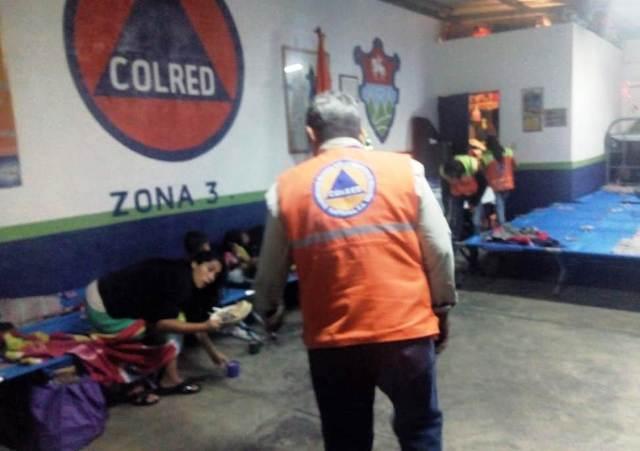 La Coordinadora Nacional para la Reducción de Desastres atiende a personas que necesitan un lugar para resguardarse del frío en esta época. (Foto Prensa Libre: Conred)