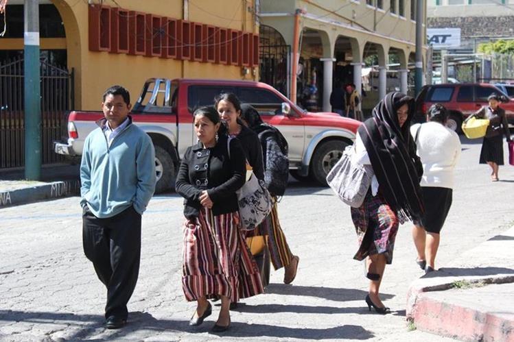 Las bajas temperaturas han causado que cientos de pobladores de Sololá contraigan enfermedades respiratorias.(Foto Prensa Libre: Ángel Julajuj)