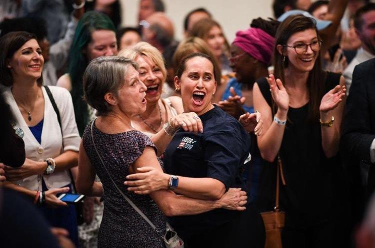 Seguidores del senador Bill Nelson reacciona tras los primeros resultados en Orlando, Florida.