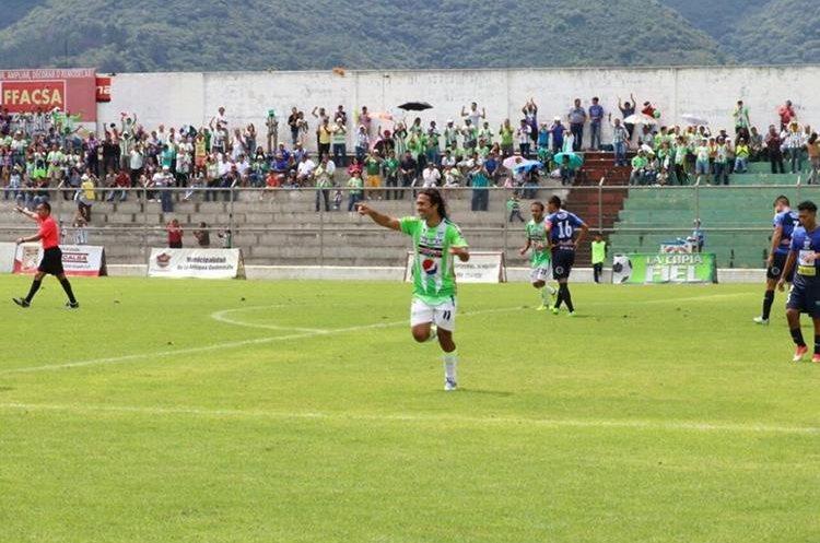 Agustín Herrera cerró la cuenta con su doblete en el segundo tiempo, lleva 4 tantos en lo que va del campeonato. (Foto Prensa Libre: Renato Melgar)