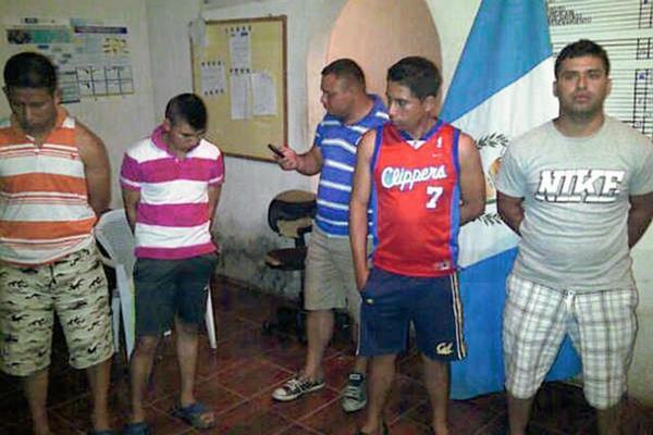 Los cinco agentes cuando fueron detenidos en la subestación de San Manuel Chaparrón. (Foto Prensa Libre: Hemeroteca PL)