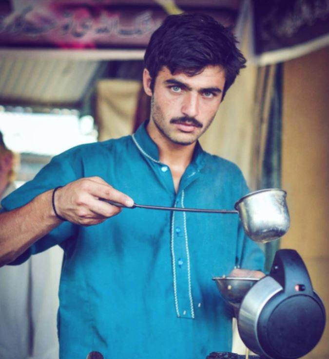 Arshad Khan, de 18 años, vende té en el mercado libre de los domingos en Islamabad. JAVERIA ALI