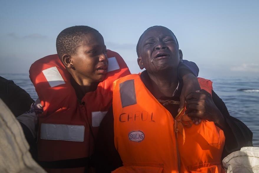 Esta fotografía que relata el drama de la migración también fue premiada. Dos hermanos nigerianos de 11 y 10 años son auxiliados en el Mar Mediterraneo, perdieron a sus padres en Libia. La niña llora mientras ve al cielo y su hermano trata de consolarla. (Foto Prensa Libre: AP)