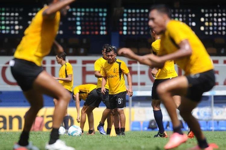 Wilson Morales (centro) se ha ganado la confianza del técnico Wálter Claverí. (Foto Prensa Libre: Francisco Sánchez)