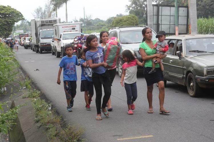 Ante el tráfico en las carreteras, las personas caminaron a la orilla de la ruta al Pacífico.