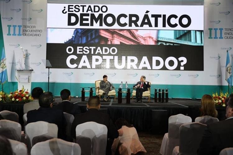 Thelma Aldana, fiscal general y el empresario Dionisio Gutiérrez durante su participación en el Tercer Encuentro Ciudadano. (Foto Prensa Libre: Érick Ávila)