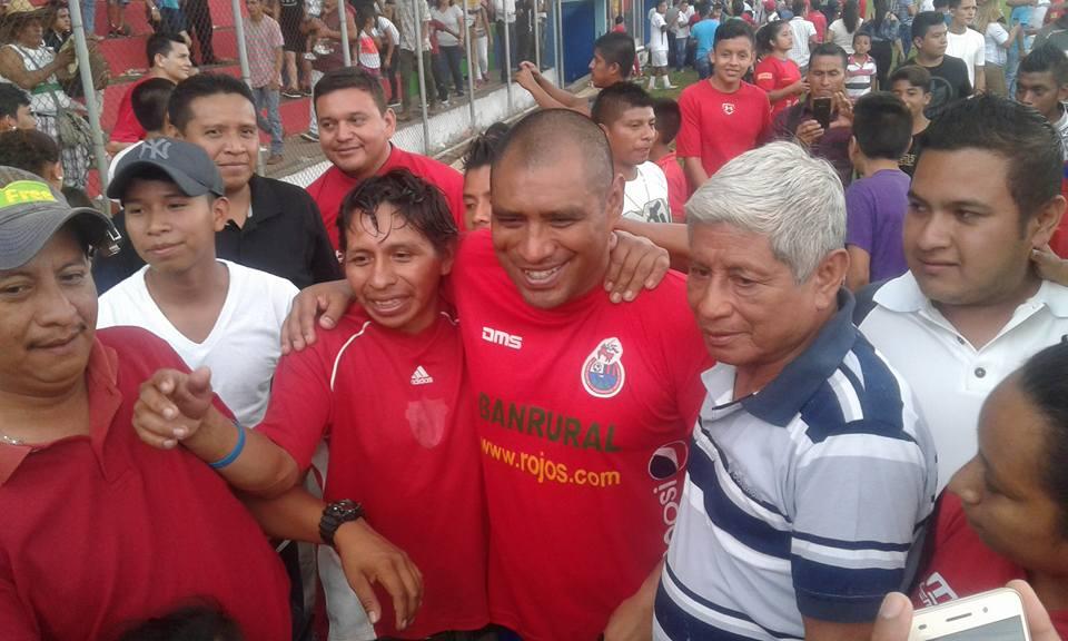 El histórico goleador rojo, Juan Carlos Plata, fue uno de los más perseguidos para fotografiarse y firmar autógrafos. (Facebook Ronaldo Alves)