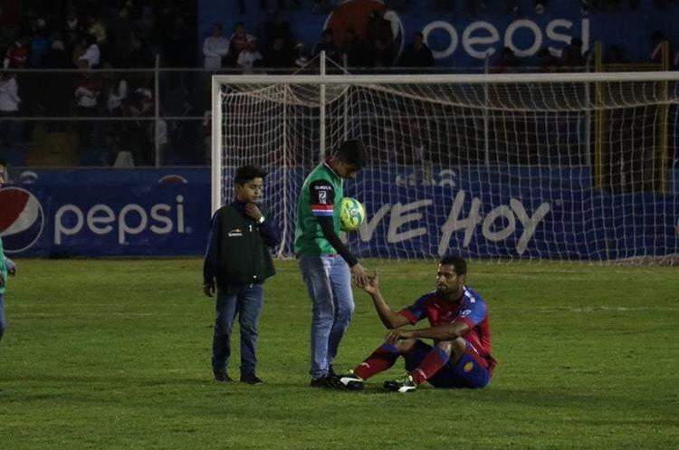 Los chivos lamentan después de no conseguir el pase a semifinales del torneo Apertura. (Foto Prensa Libre: Raúl Juárez)