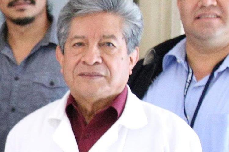El médico Juan José Escalante Villagran, epidemiólogo de Quetzaltenango, atribuye el aumento de enfermedades a los hábitos de higiene. (Foto Prensa Libre: María José Longo)