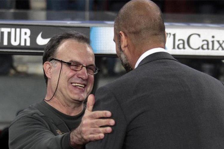 En entrenador español Pep Guardiola (de espaldas) elogió al argentino Bilesa. (Foto Prensa Libre: Tomda de internet)