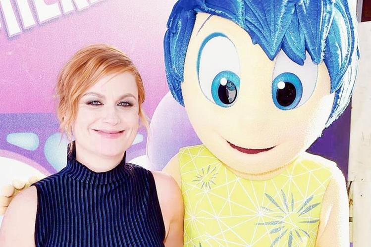 Amy Poehler junto a su personaje Alegría, de Intensamente (Foto Prensa Libre: Vulture.com).