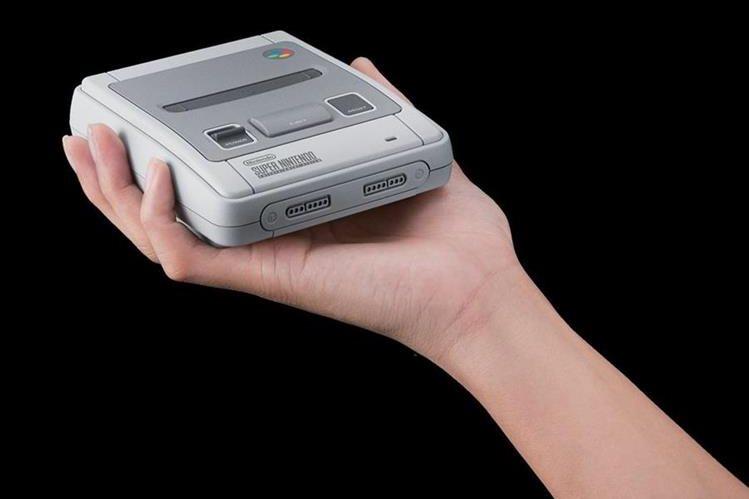 """En un formato más pequeño y con juegos incluidos, la """"Super Nintendo"""" volverá en una edición especial (Foto Prensa Libre: Nintendo)."""