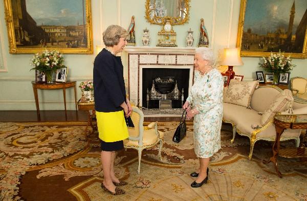 Theresa May recibir el encargo de la reina Isabel II de formar Gobierno.(AP).