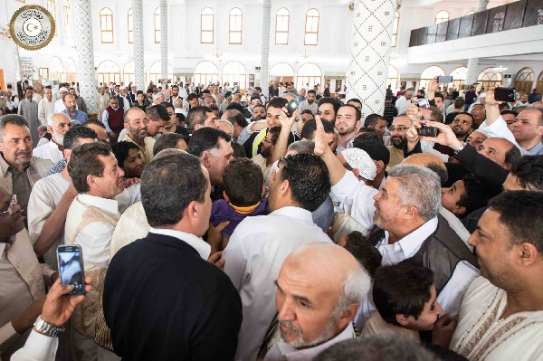 <span>Fayez</span> <span>al-</span><span>Sarraj</span><span> recibe</span><span> muestras de apoyo </span><span>en una mezquita en</span> <span>Trípoli</span><span>.</span>