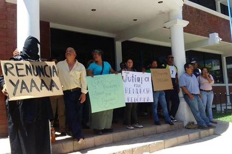 Docentes y estudiantes protestan en Jutiapa para pedir que Pérez Molina abandone el cargo. (Foto Prensa Libre: Óscar González)