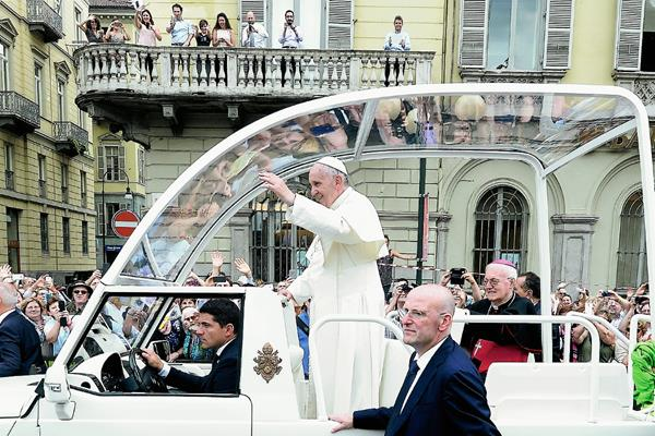 El papa Francisco saluda a los fieles desde el papamóvil en un pase que hizo en Turín, Italia. (Foto Prensa Libre: AP