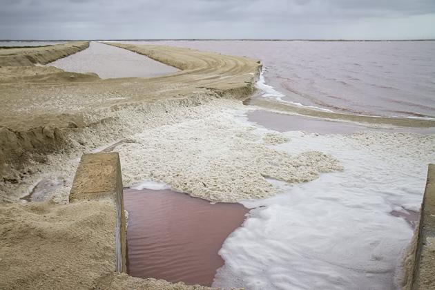 El agua color rosa sobresale en medio de las procesadoras de sal del lugar. (Foto Prensa Libre: yucatan.for91days.com)
