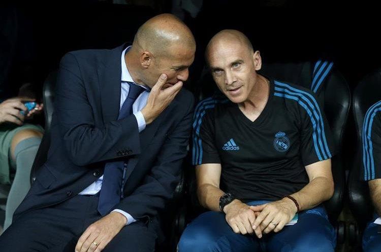 Zinedine Zidane conversa con el segundo entrenador David Bettoni.
