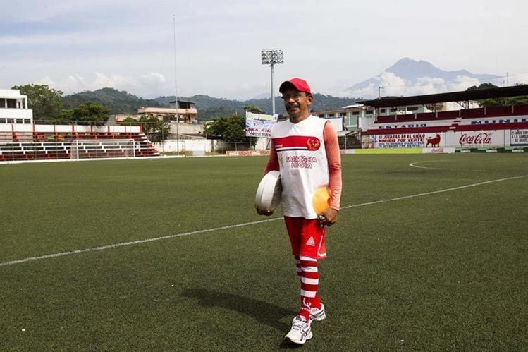 Teodoro Gutiérrez prepara el estadio Santa Lucía, previo a un entrenamiento de Deportivo Malacateco. (Foto Prensa Libre: Norvin Mendoza).