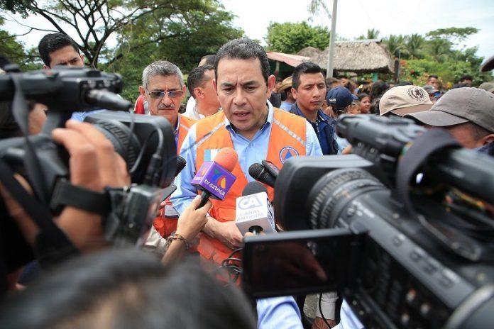 El presidente Jimmy Morales habló, por unos minutos, acerca del diálogo que promueve, después de visitar una de las áreas afectadas por las lluvias en Escuintla. (Foto Prensa Libre: Presidencia)