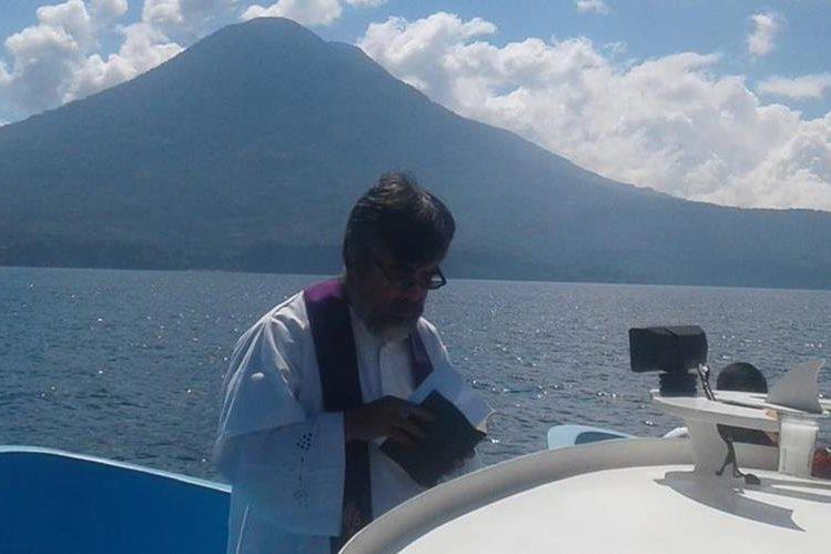 Un sacerdote oficia una misa en memoria de los cinco desaparecidos en el Lago de Atitlán, Sololá. (Foto Prensa Libre: Cortesía Ejército de Guatemala)