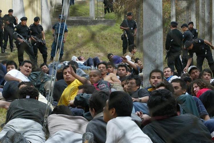 La policía controla un motín en el Centro Preventivo de la zona 18, uno de los recintos más hacinados del país. (Foto Prensa Libre: Hemeroteca PL)