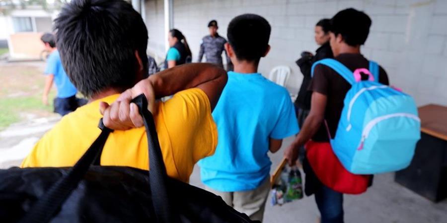 Niños deportados en la Fuerza Aérea de Guatemala. (Foto Prensa Libre: Hemeroteca PL)