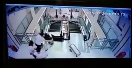Un niño es rescatado de caer entre las escaleras. (Foto Prensa Libre: YouTube)