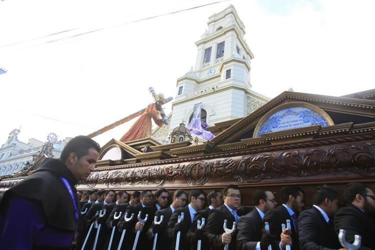 Procesión de El Calvario salió a las 8 horas y regresará a las 18.30, recorre el Centro Histórico. (Foto Prensa Libre: Óscar Rivas)