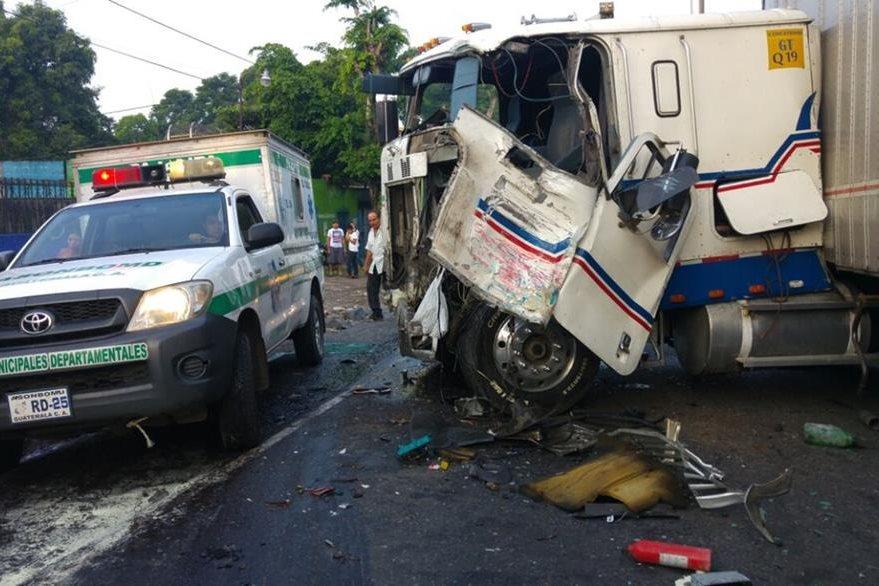 Tráiler involucrado en accidente de tránsito en San Antonio Suchitepéquez, donde al menos 10 personas resultaron heridas. (Foto Prensa Libre: Rolando Miranda)