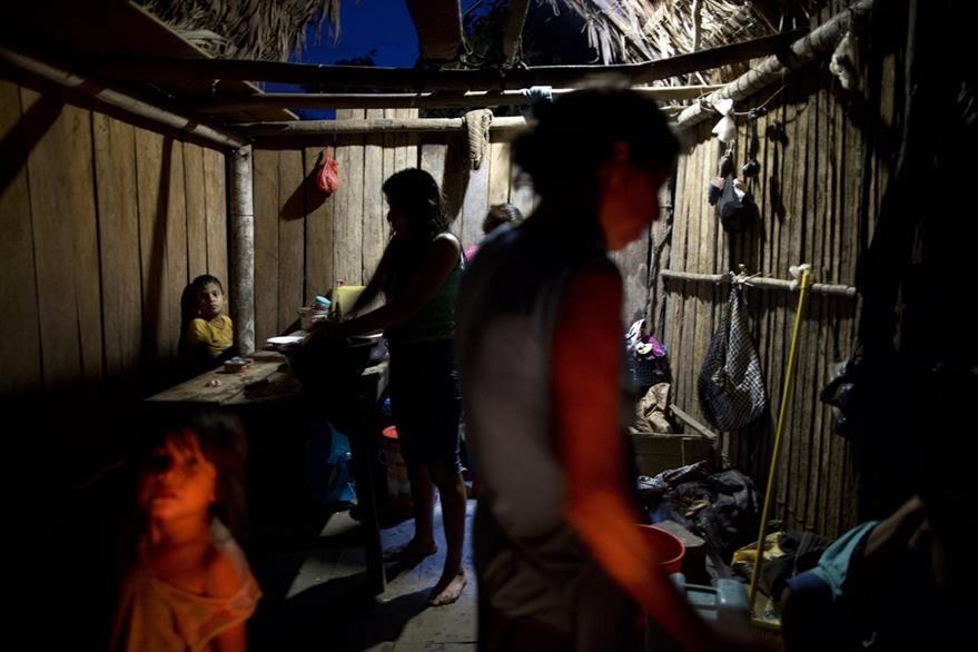 Una familia en el interior de su humilde vivienda en Nuevo Cañaveral, Perú. (Foto Prensa Libre: AP).