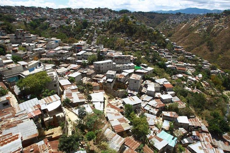 El crecimiento poblacional pone en riesgo la subsistencia de los pocos bosques de la capital. En la foto se observan asentamientos humanos en el barranco ubicado al norte del Puente del Incienso, zona 7. (Foto Prensa Libre: Álvaro Interiano)