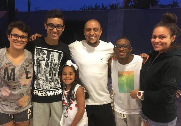 Roberto Carlos comparte con cinco de sus nueve hijos. (Foto tomada del instagram)