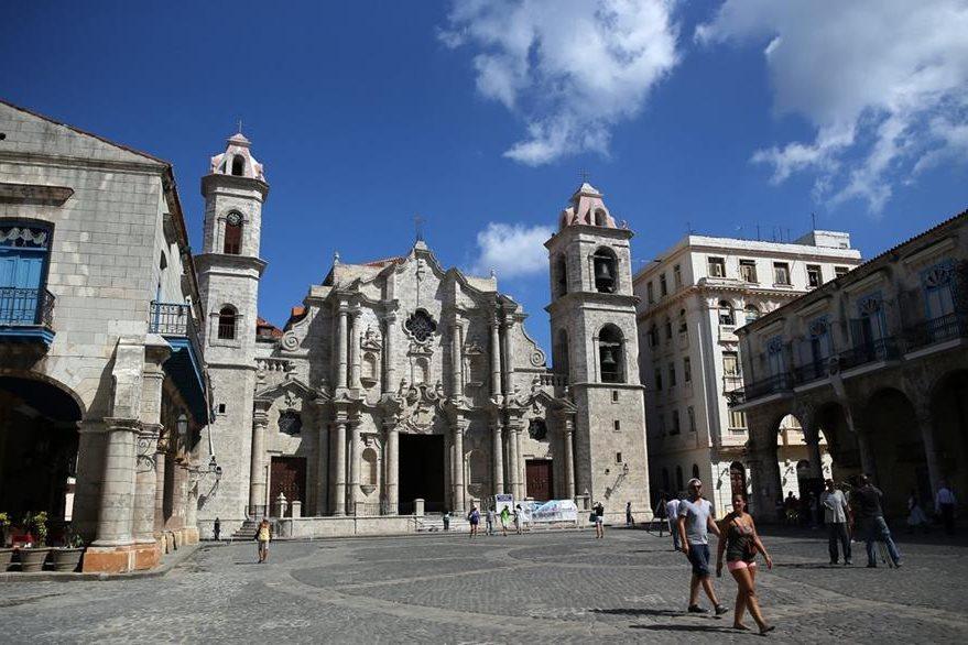 Varias personas caminan frente a la Catedral de La Habana (Cuba). (Foto Prensa Libre: EFE).