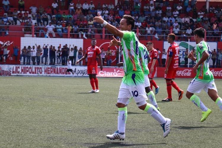 Kevin Arriola celebra después de anotar el tercer gol de Antigua en su visita a Malacateco. (Foto Prensa Libre: Raúl Juárez)