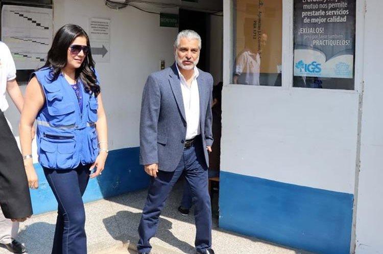 Carlos Contreras, presidente del IGSS, recorre las instalaciones del consultorio en Jalapa. (Foto Prensa Libre: Hugo Oliva)