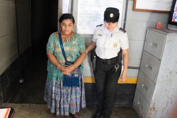 Matilde Coc Choc, de 35 años, es trasladada a la subestación de la PNC en San Luis. (Foto Prensa Libre: Walfredo Obando)