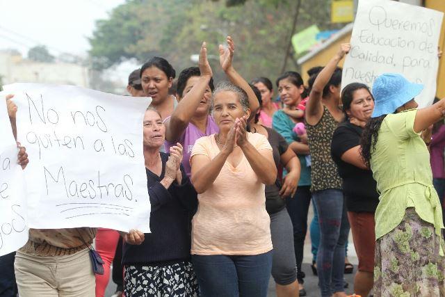Padres de familia protestan en el ingreso a la colonia Renacimiento Municipal en zona 18. (Foto Prensa Libre: Ercik Ávila)