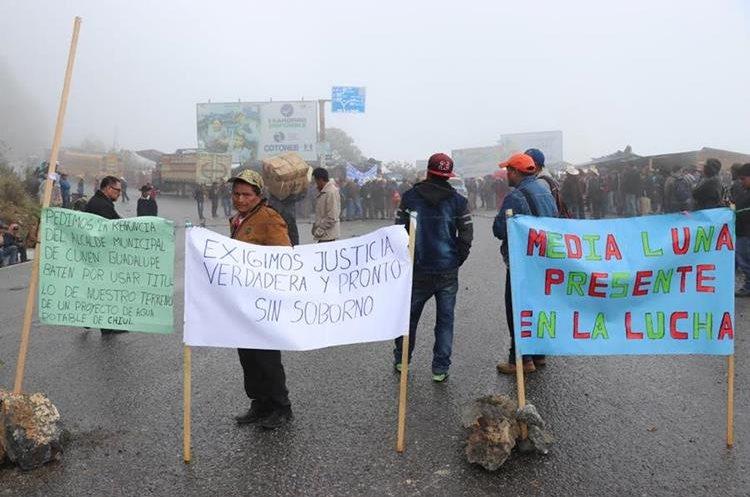El bloqueo complica la circulación vehicular hacia los municipios de Cunén, Uspantán, Chicamán, Nebaj, Cotzal y Chajúl. (Foto Prensa Libre: Héctor Cordero)