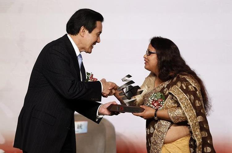RIT05 TAIPEI (TAIWÁN) 10/12/2015.- El presidente de Taiwán, Ma Ying-Jeou (izda) entrega el premio de la Democracia y Derechos Humanos en Asia 2015 a la nepalí Sunita Danuwar (dcha) durante un evento celebrado con motivo del Día de los Derechos Humanos en Taipei (Taiwán) hoy, 10 de diciembre de 2015. EFE/Ritchie B. Tongo