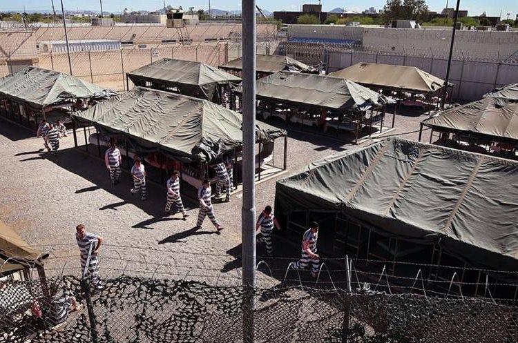 """Prisioneros indocumentados en cárcel de la """"Ciudad de las Carpas"""" uniformes ropa  ropa interior rosa.(AFP)."""