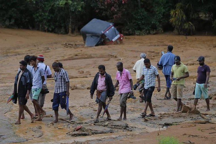 Lluvia y deslaves causan balance trágico en Sri Lanka, especialmente en el municipio de Aranayake. (Foto Prensa Libre: AP).