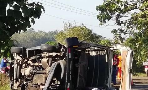 Bus escolar en el que viajaba la estudiante quedó volcado a causa del impacto del camión en Escuintla. (Foto Prensa Libre: Enrique Paredes).