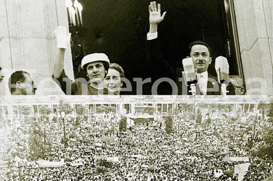 Castillo Armas y su esposa Odilia Palomo saludan desde el balcón del Palacio Nacional en 1954. (Foto: Hemeroteca PL)