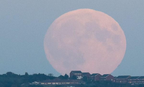 La Superluna  es captada en Brighton, Reino Unido,poco antes de 05 a.m. coincidiendo con un eclipse total de Luna.
