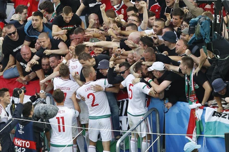 La celebración de los jugadores húngaros con su afición, fundidos en un emotivo abrazo. (Foto Prensa Libre: AFP)